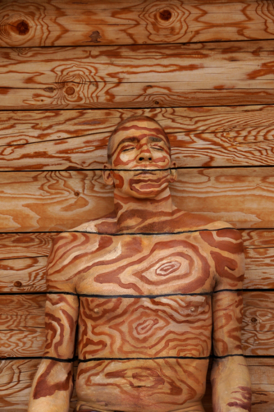 Johannes-Stotter-body-painting - wood