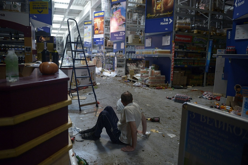 Donetsk Airport Battle Supermarket Looted - alcoholics in alcohol lane 3