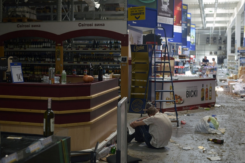 Donetsk Airport Battle Supermarket Looted - alcoholics in alcohol lane