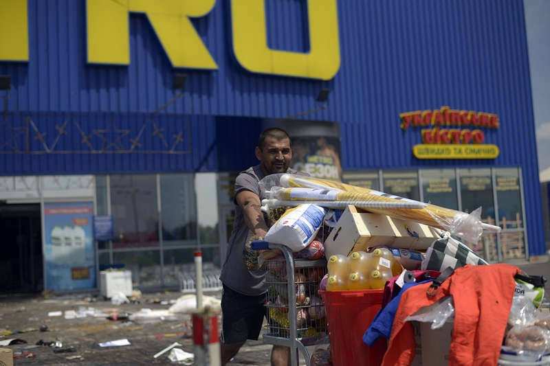 Donetsk Airport Battle Supermarket Looted - fizzy pop