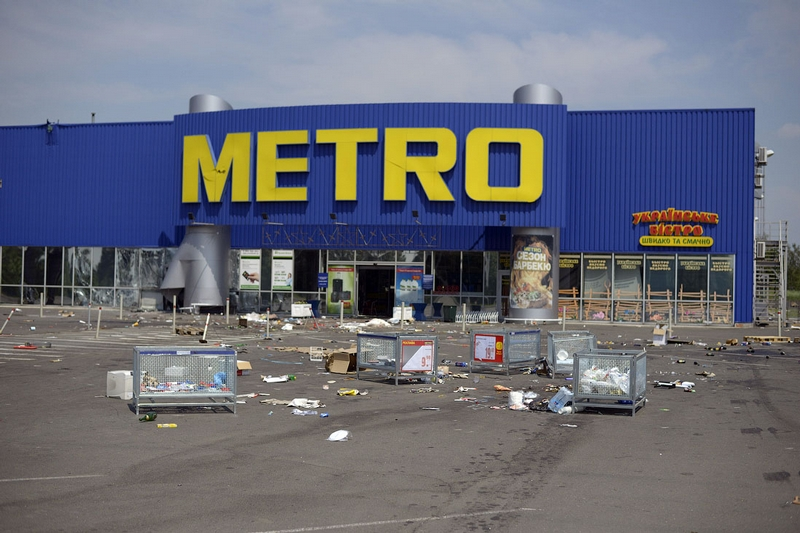 Donetsk Airport Battle Supermarket Looted - metro