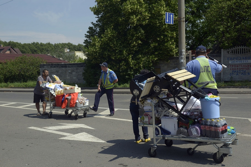 Donetsk Airport Battle Supermarket Looted - transport police