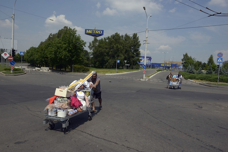 Donetsk Airport Battle Supermarket Looted - trolley full