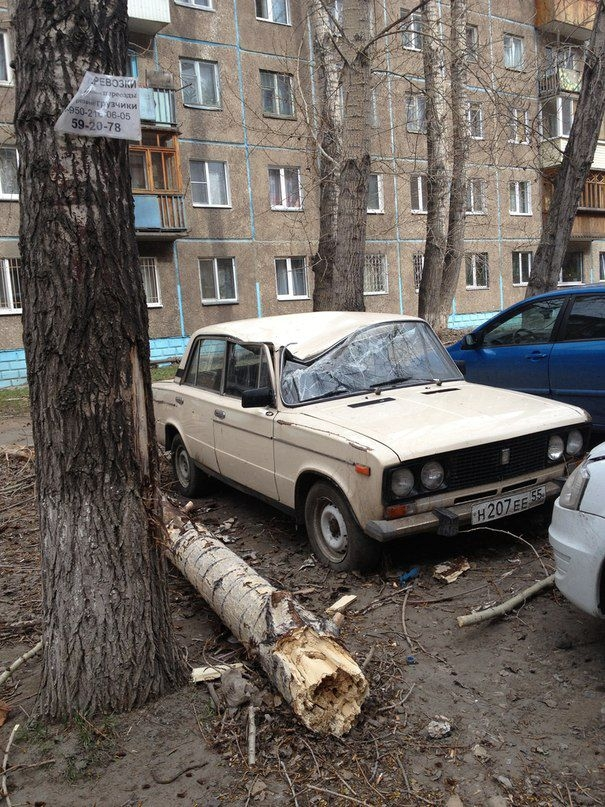 Omsk High Winds Russia - Broken car