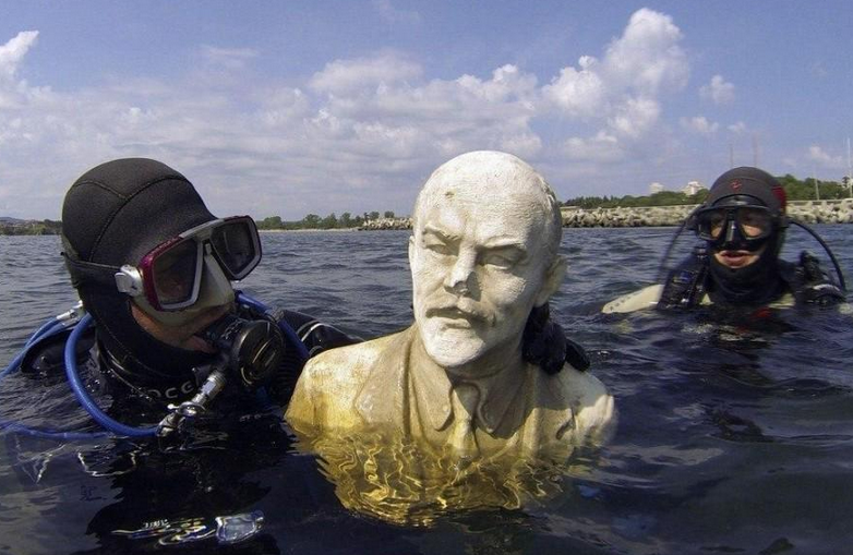 Awesome Russia - Submerged Lenin