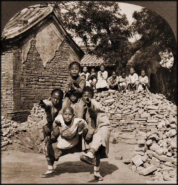Old Photos Of China - Peking Mission School Children At Play, The Dragon's Head, China 1902