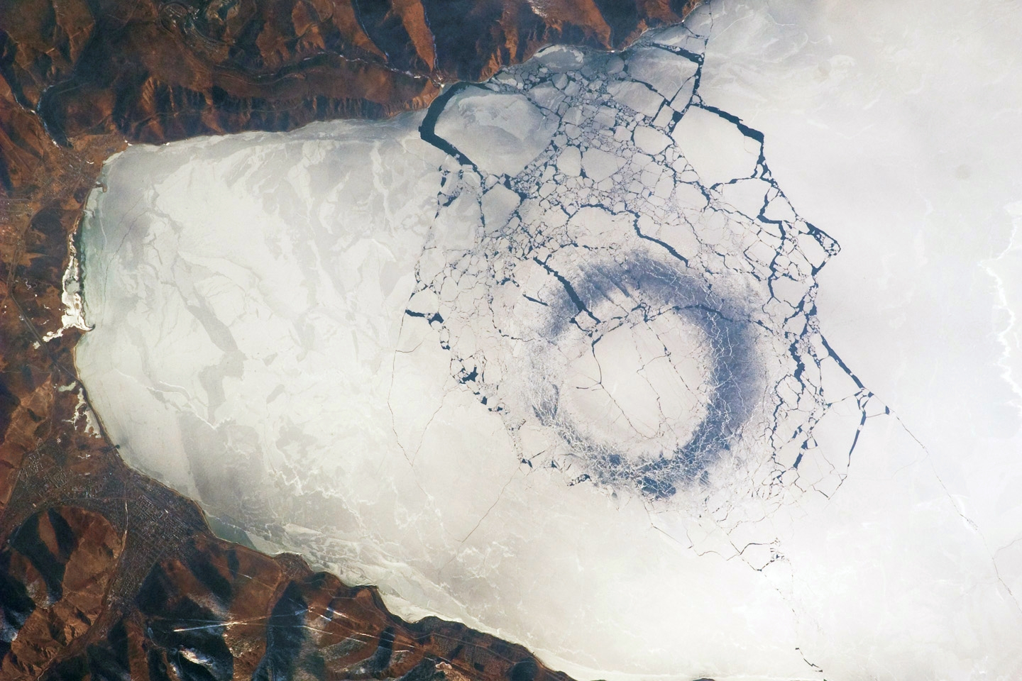 Lake Baikal - Circle of thin ice - 4km