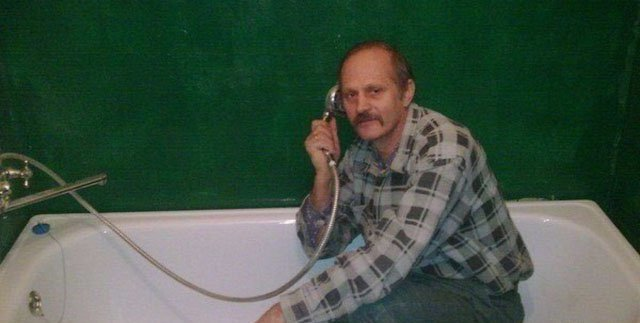 awesome-russia-lol-man-in-bath-with-phone