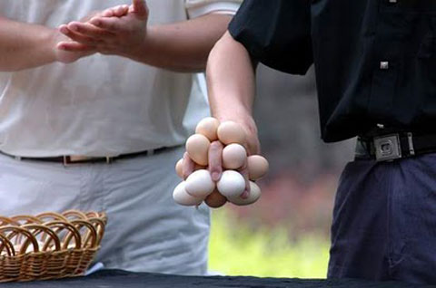 weird-china-egg-holding-contest-1