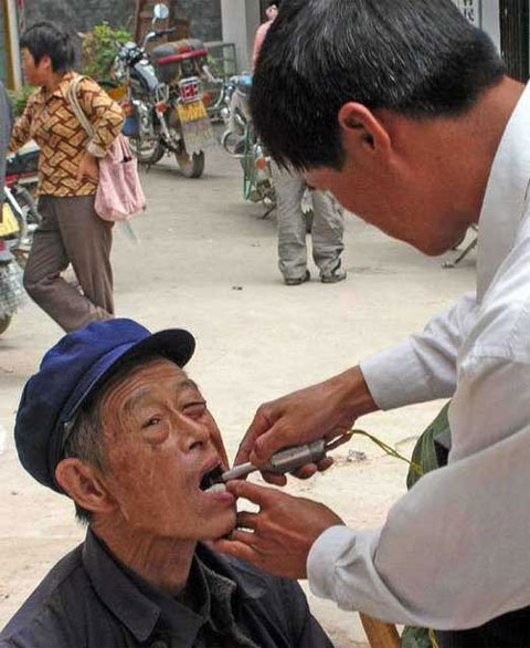 weird-china-street-dentist