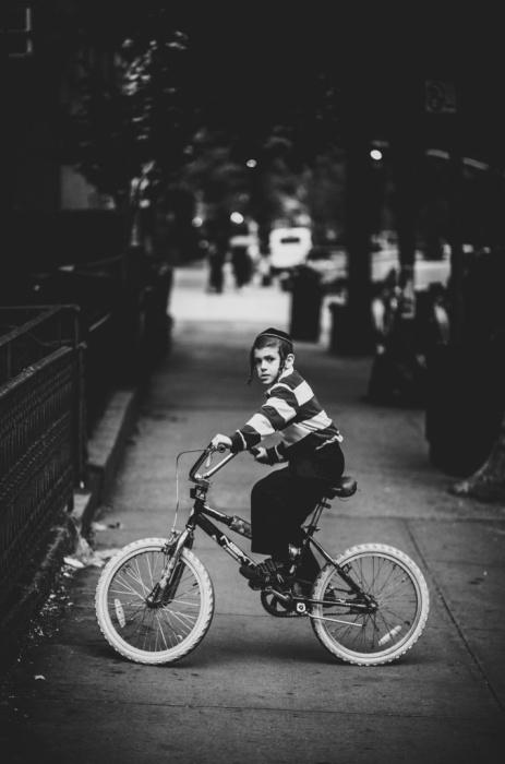 luc-kordas-hasidic-jews-in-new-york-kid-on-a-bike
